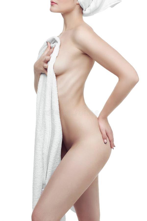 Jovem mulher bem arrumado após o banho com uma toalha no fundo branco Corpo perfeito foto de stock royalty free