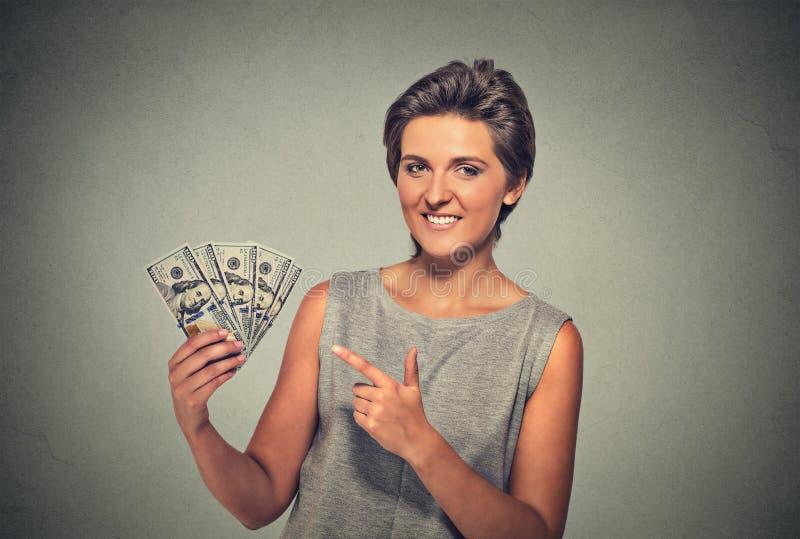 Jovem mulher bem sucedida entusiasmado feliz que guarda notas de dólar do dinheiro fotos de stock royalty free