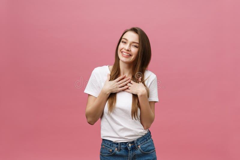 Jovem mulher bem sucedida feliz com sucesso do sorriso, da gritaria e da comemoração sobre o fundo cor-de-rosa fotografia de stock royalty free