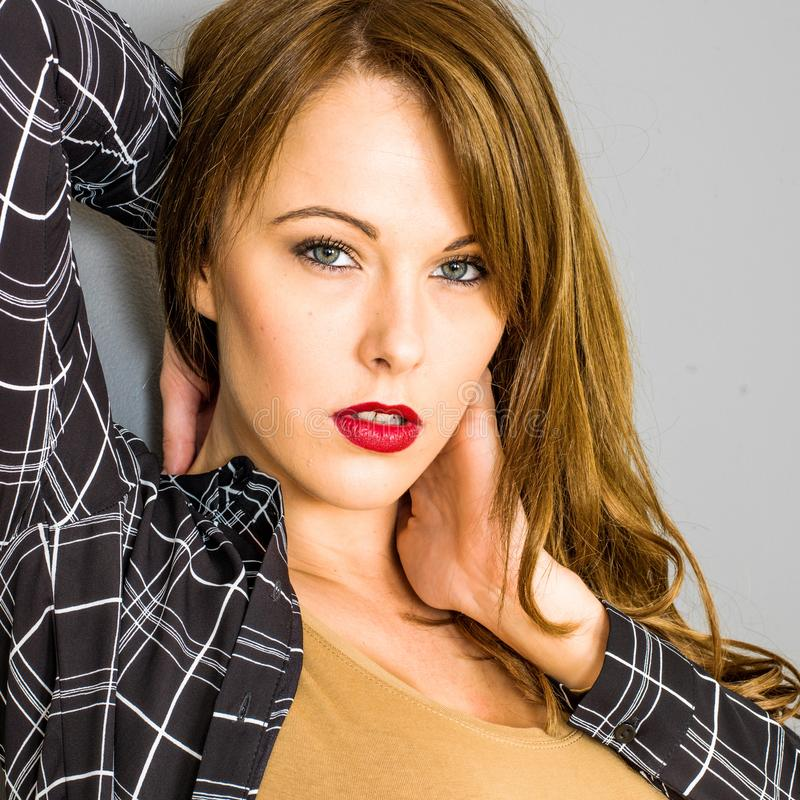 Jovem mulher bem sucedida segura sensual fotos de stock