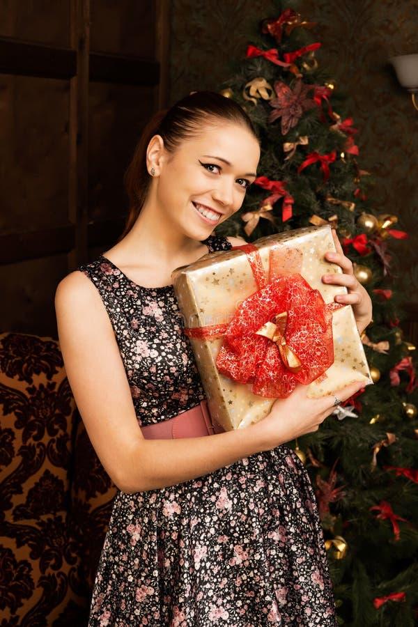 Jovem mulher bonita alegre com presente de Natal fotos de stock royalty free