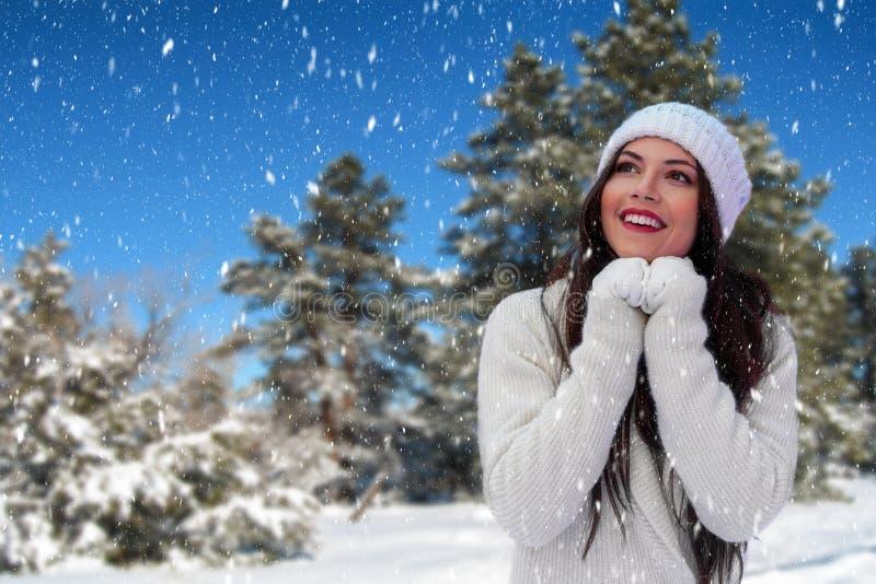 A jovem mulher bonita aprecia a queda de neve fotos de stock