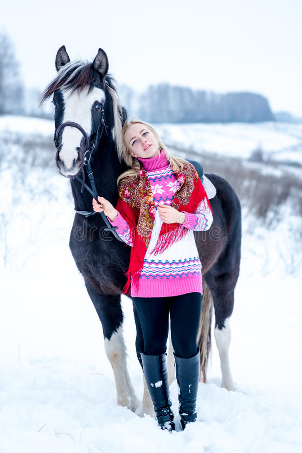 Jovem mulher bonita atrativa no inverno elegante do pullovere imagens de stock royalty free