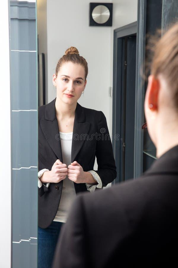 Jovem mulher bonita bem sucedida com posição de vencimento da linguagem corporal fotos de stock