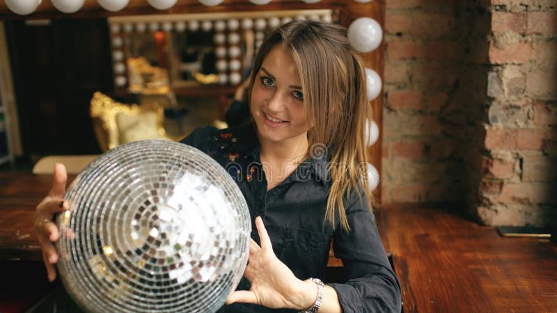 Jovem mulher bonita com a bola do disco que levanta e que sorri no estúdio dentro imagem de stock royalty free
