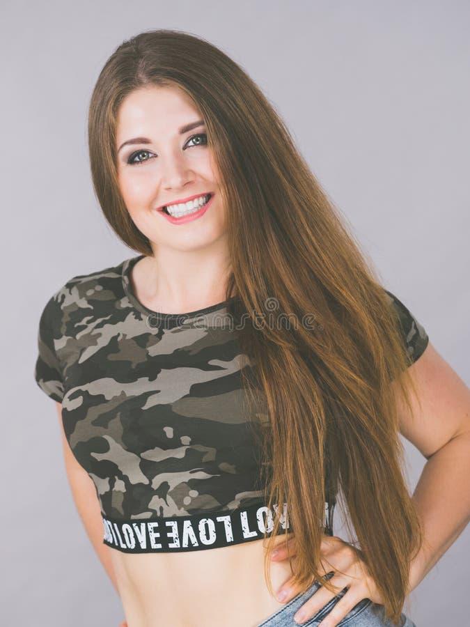 Jovem mulher bonita com cabelo de Brown imagens de stock royalty free