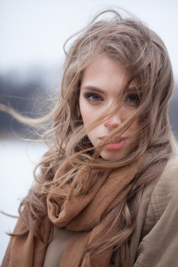 Jovem mulher bonita com cabelo de sopro fotos de stock