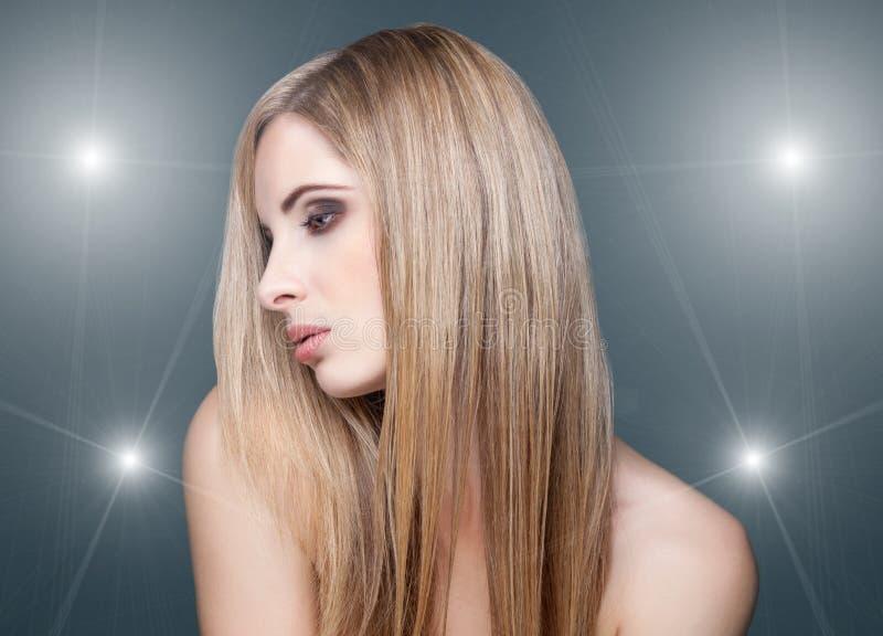 Jovem mulher bonita com cabelo do straigth imagem de stock
