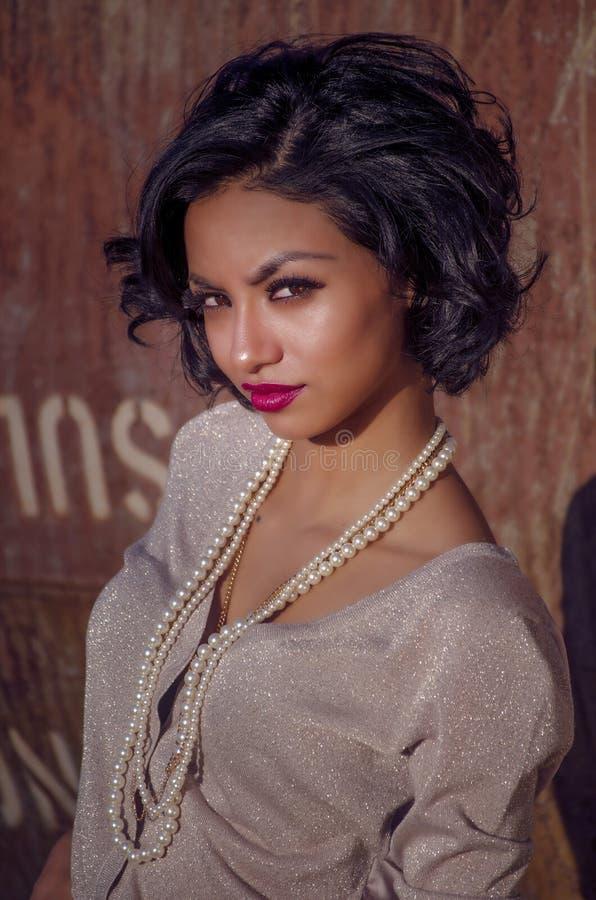 Jovem mulher bonita com cabelo elegante à moda fotografia de stock