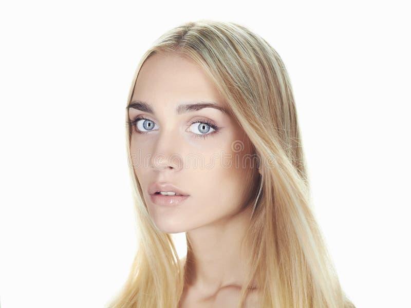 Jovem mulher bonita com cabelo longo no fundo branco Menina loura imagens de stock royalty free