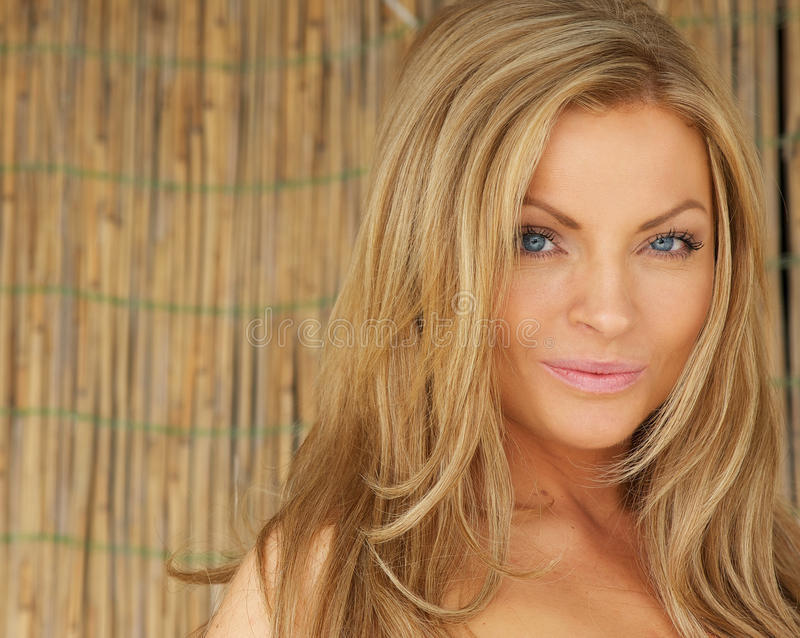 Jovem mulher bonita com cabelo louro e olhos azuis fotos de stock royalty free