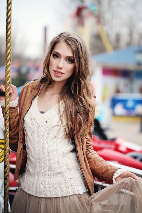 Jovem mulher bonita com cabelo marrom longo imagem de stock