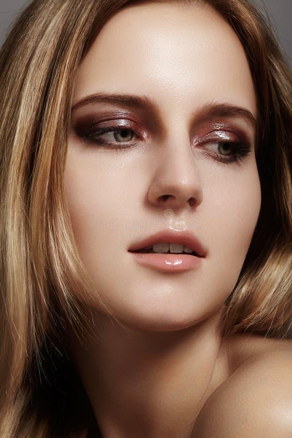 Jovem mulher bonita com cara dos olhos e dos bordos do brilho Pele limpa da beleza, composição da forma Os cosméticos, compõem, p imagens de stock royalty free
