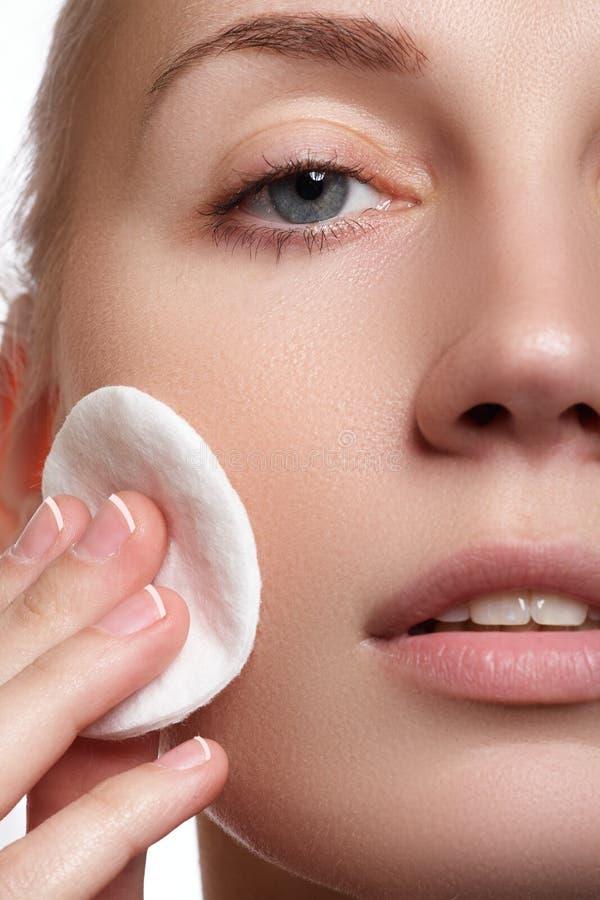 Jovem mulher bonita com close-up fresco limpo da pele Fim bonito da cara da mulher acima do estúdio no branco Mulher nova bonita imagem de stock
