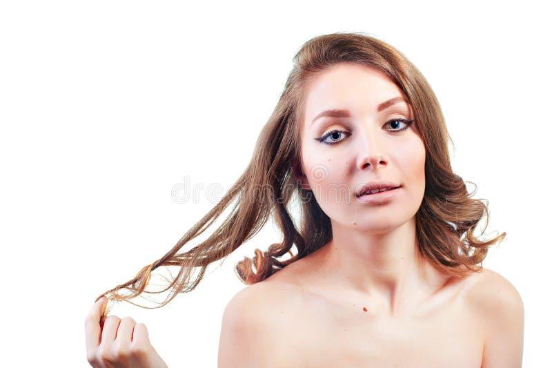 Jovem mulher bonita com a composição da noite que joga com seu cabelo fotos de stock royalty free