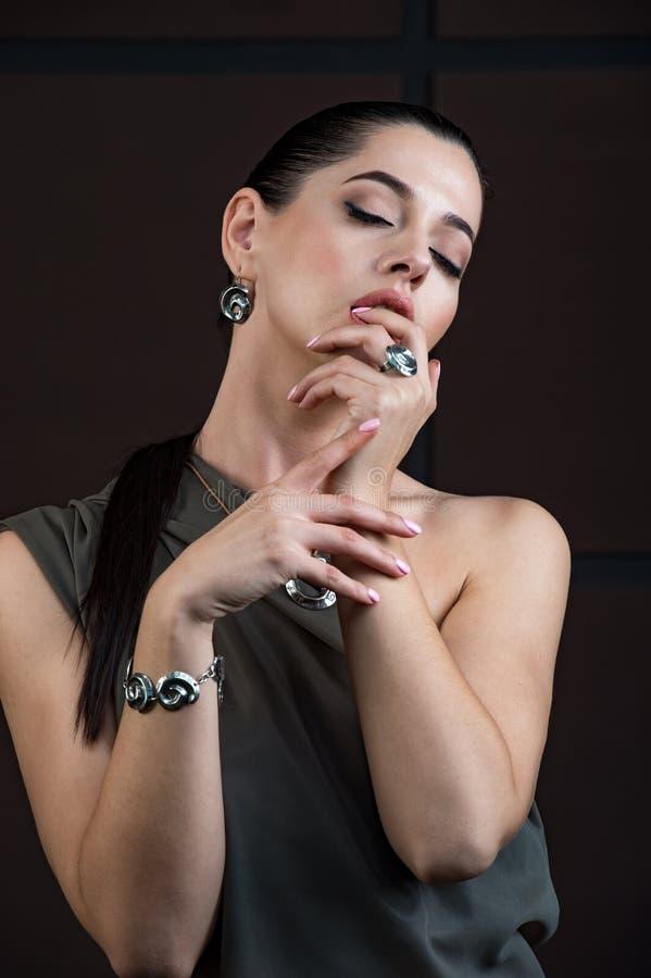 Jovem mulher bonita com composição de brilho da cara da moda foto de stock royalty free