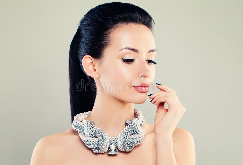 Jovem mulher bonita com composição e colar da prata imagem de stock royalty free