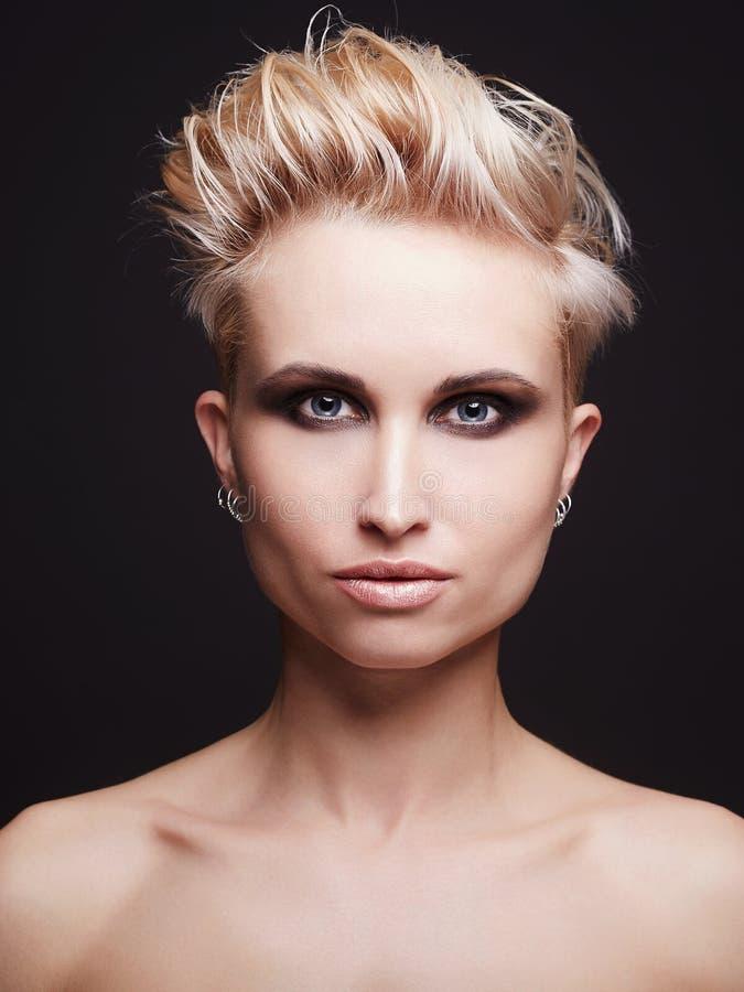 Jovem mulher bonita com corte de cabelo curto imagem de stock
