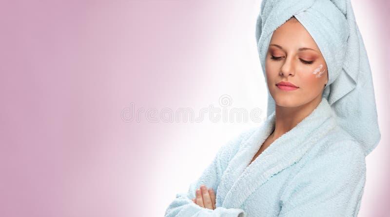 Jovem mulher bonita com creme hidratando foto de stock royalty free