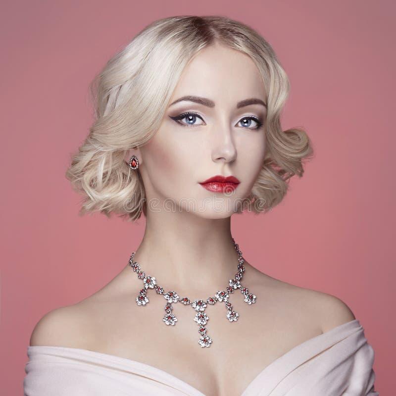 Jovem mulher bonita com joia fotografia de stock royalty free
