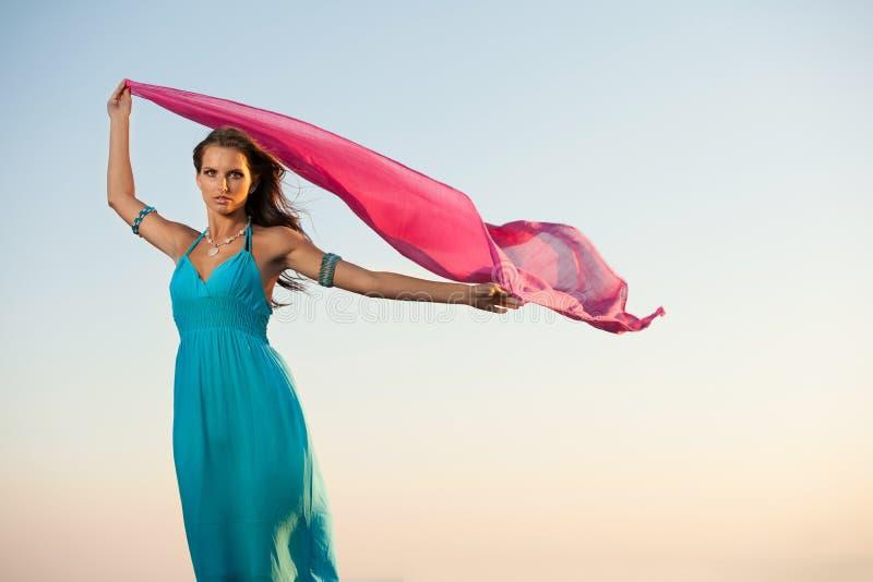 Jovem mulher bonita com lenço vermelho imagens de stock royalty free