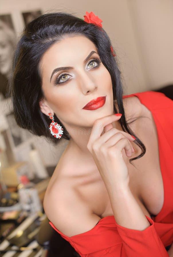 Jovem mulher bonita com levantamento criativo da composição e do penteado A morena atrativa elegante com espanhol olha, disparou  fotografia de stock