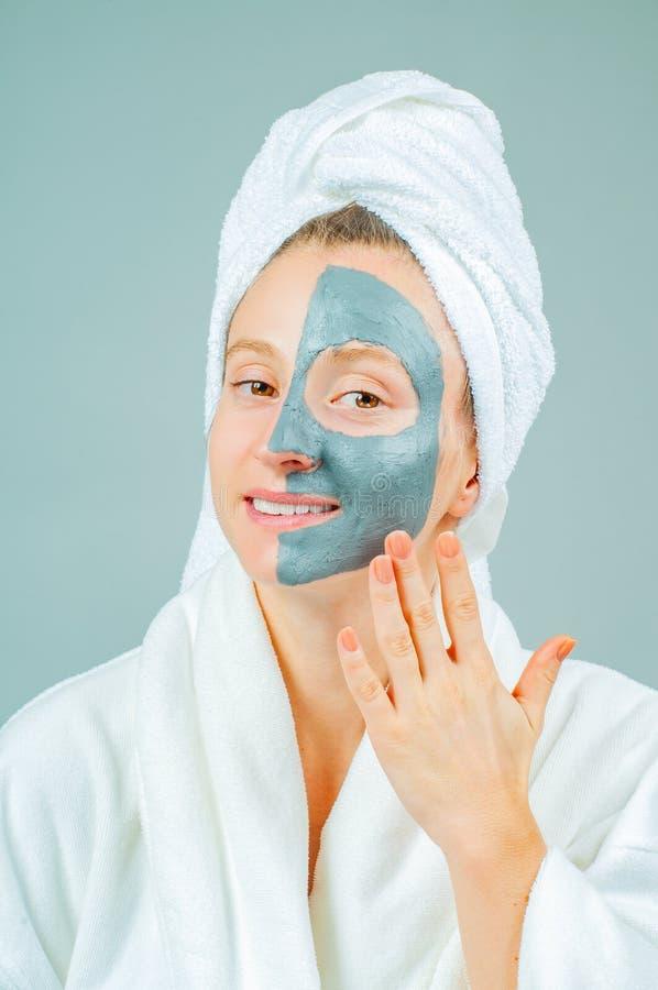 Jovem mulher bonita com máscara do facial da argila Skincare e conceito da beleza foto de stock