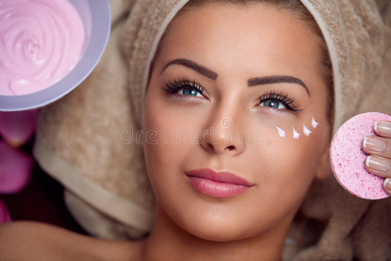Jovem mulher bonita com máscara facial foto de stock
