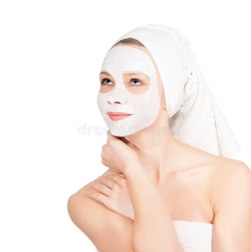 Jovem mulher bonita com máscara facial nos termas imagem de stock royalty free