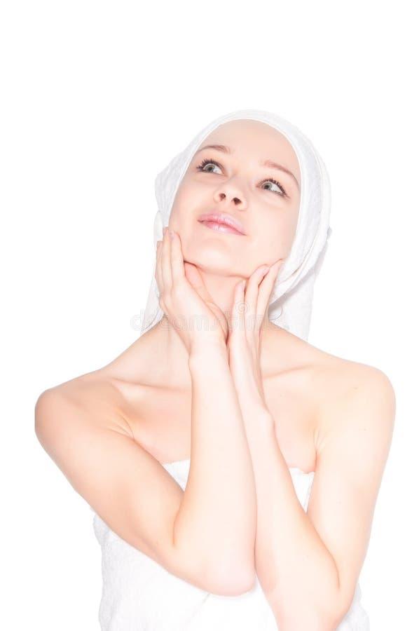 Jovem mulher bonita com máscara facial nos termas imagens de stock