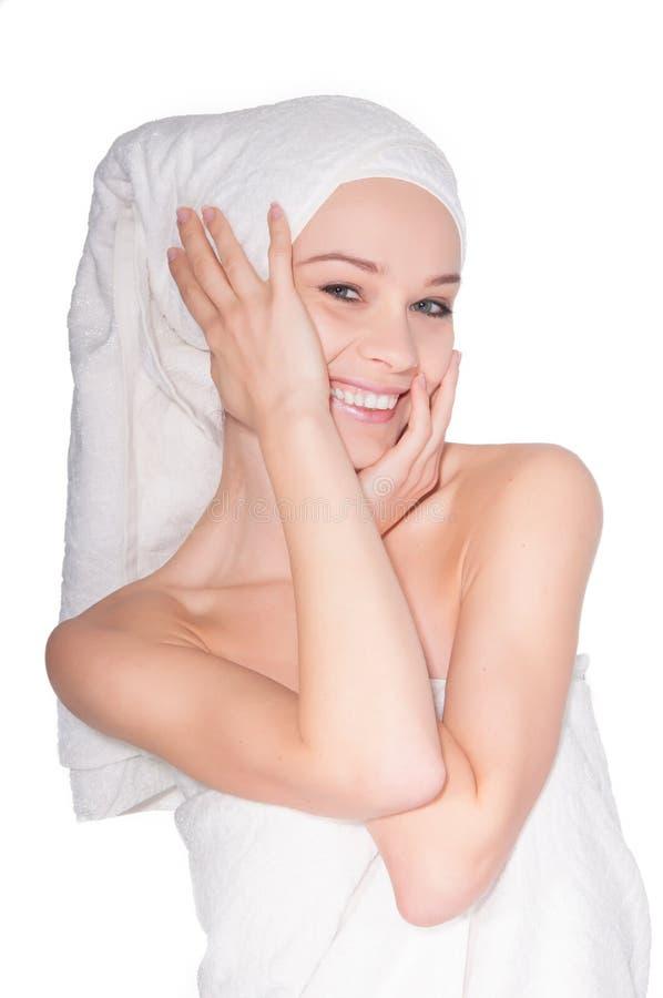 Jovem mulher bonita com máscara facial nos termas foto de stock royalty free