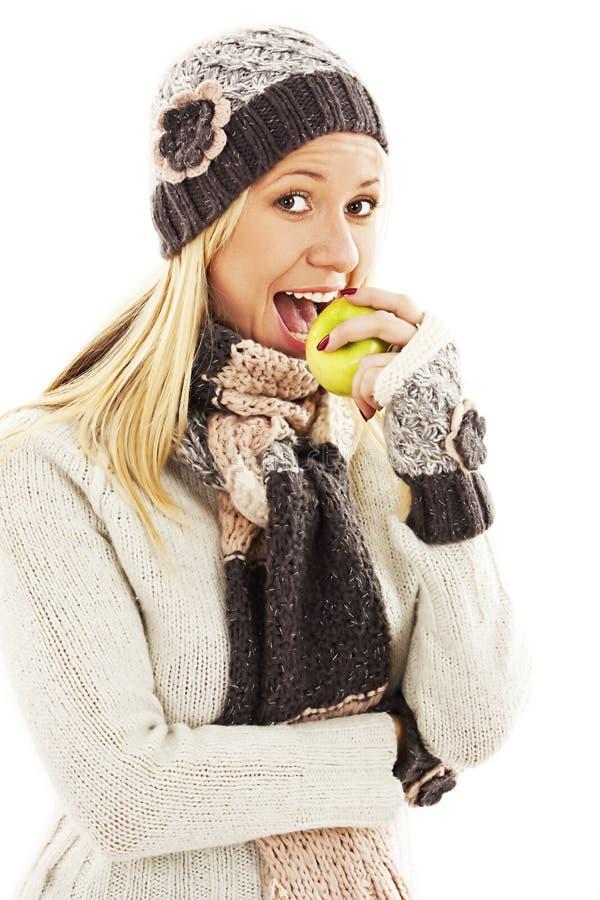 Jovem mulher bonita com maçã. Estilo do inverno imagem de stock royalty free
