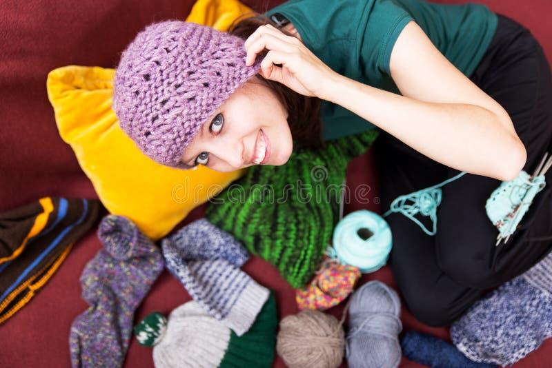 Jovem mulher bonita com o chapéu cor-de-rosa de lãs fotografia de stock royalty free