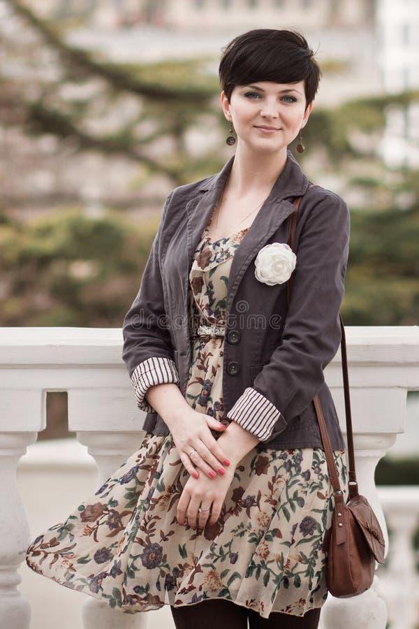 Jovem mulher bonita com o corte de cabelo curto que levanta em uma rua fotos de stock royalty free
