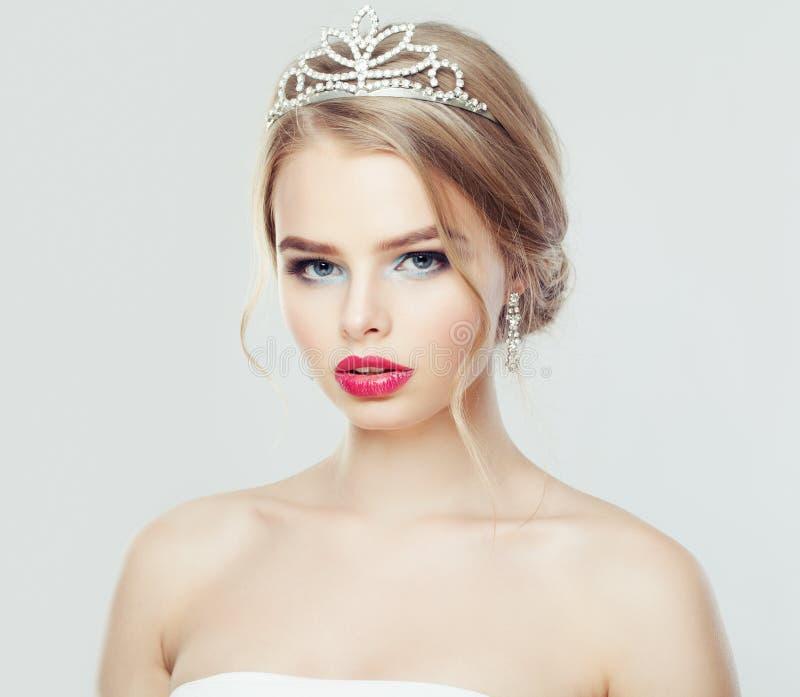 Jovem mulher bonita com o retrato do penteado da forma foto de stock