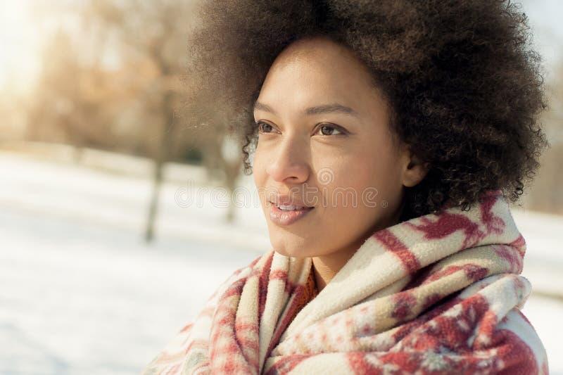 Jovem mulher bonita com o sol de apreciação geral do inverno do Natal imagem de stock royalty free