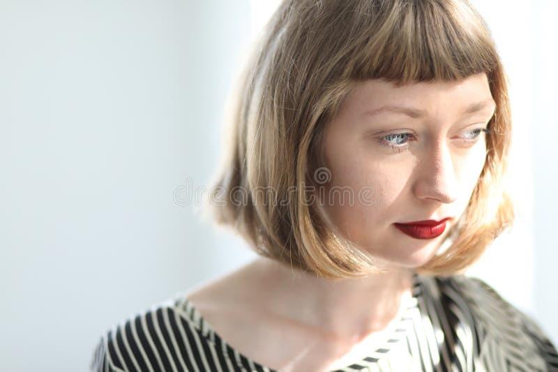 Jovem mulher bonita com olhos azuis e batom vermelho fotos de stock