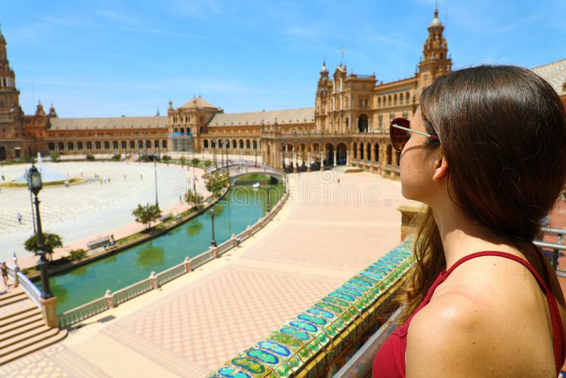 Jovem mulher bonita com os óculos de sol que olham Plaza de Espana, Sevilha, Espanha foto de stock royalty free