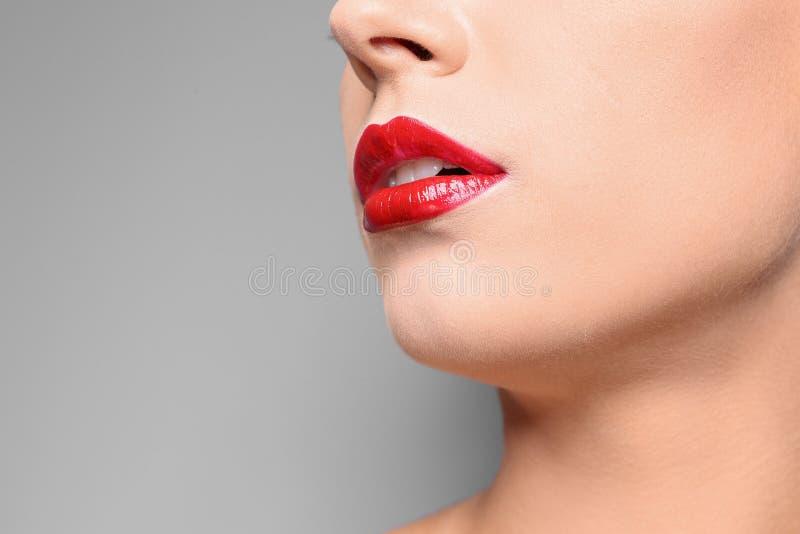 Jovem mulher bonita com os bordos lustrosos vermelhos imagem de stock royalty free