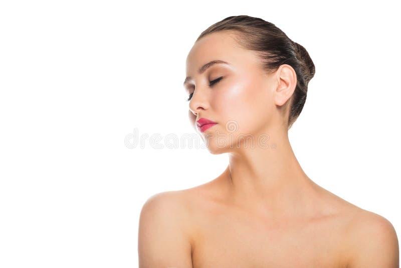 Jovem mulher bonita com os ombros desencapados isolados em um fundo branco Termas, cuidado, cosmetologia imagens de stock
