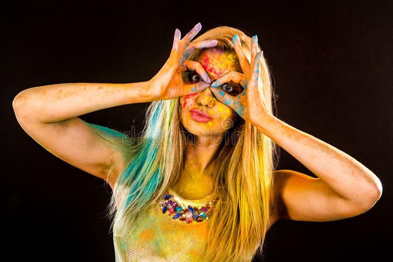 Jovem mulher bonita com pó colorido fotografia de stock