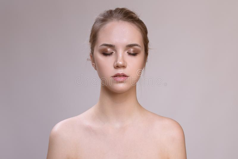 Jovem mulher bonita com pele fresca limpa foto de stock