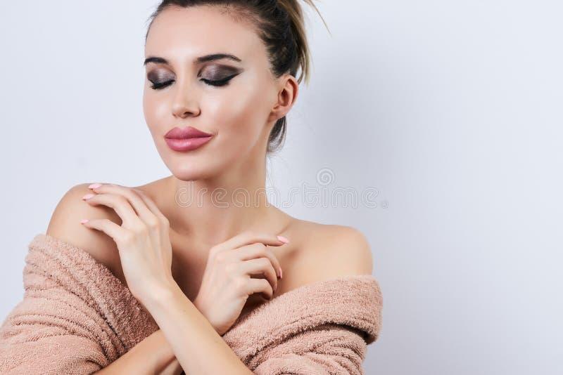 Jovem mulher bonita com a pele fresca limpa isolada no fundo branco com espaço da cópia imagem de stock