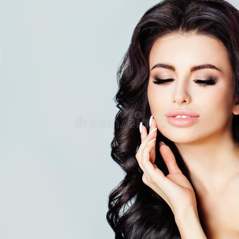 Jovem mulher bonita com a pele fresca limpa que toca em sua cara fotos de stock