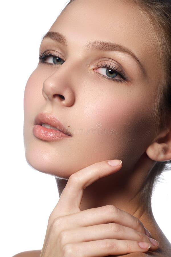 Jovem mulher bonita com pele fresca limpa Retrato da moça bonita com pele limpa na cara bonita - fundo branco fotografia de stock royalty free