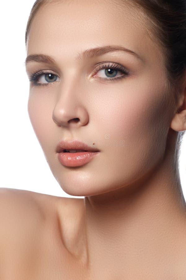 Jovem mulher bonita com pele fresca limpa Retrato do beautif imagem de stock
