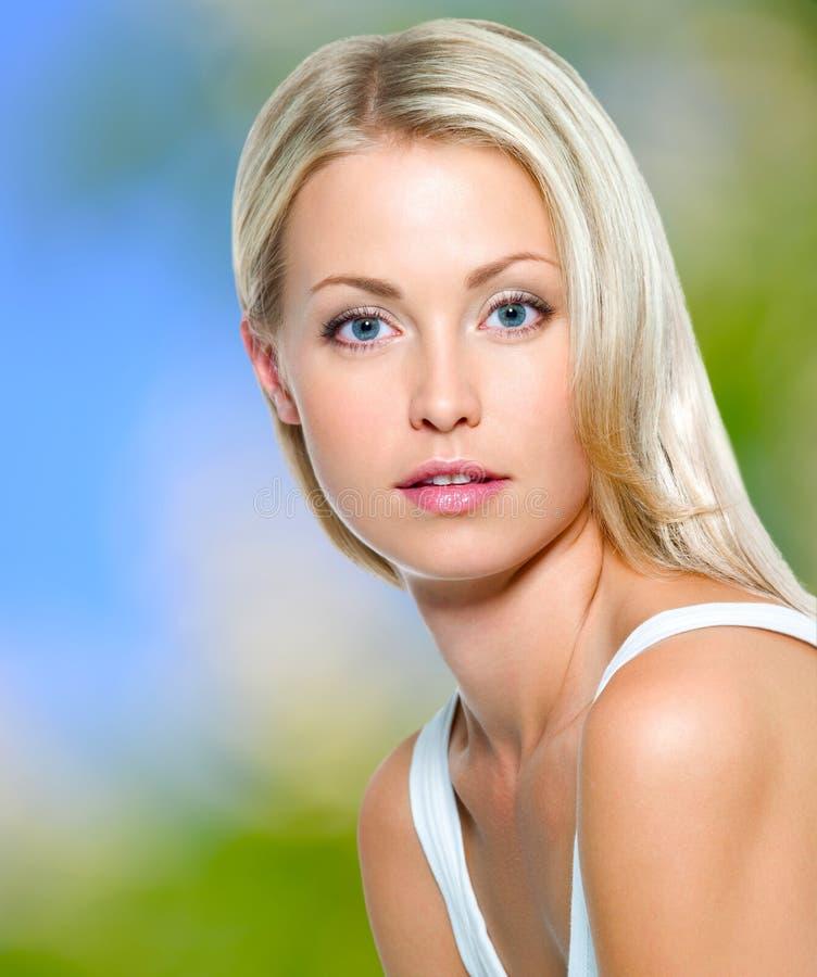 Jovem mulher bonita com pele limpa fotografia de stock royalty free