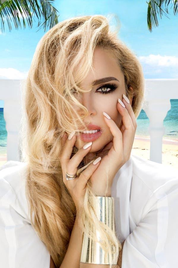 Jovem mulher bonita com pele perfeita limpa O retrato do modelo da beleza com nude natural comp?e e tocando em sua cara Termas, fotografia de stock