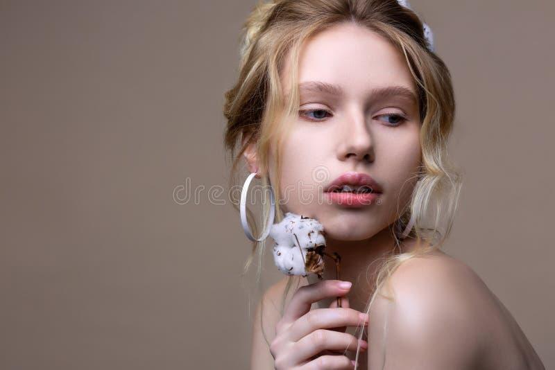Jovem mulher bonita com penteado agrad?vel e composi??o natural fotos de stock royalty free