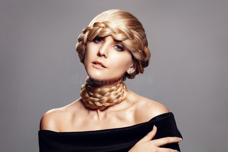 Jovem mulher bonita com penteado criativo da trança imagens de stock